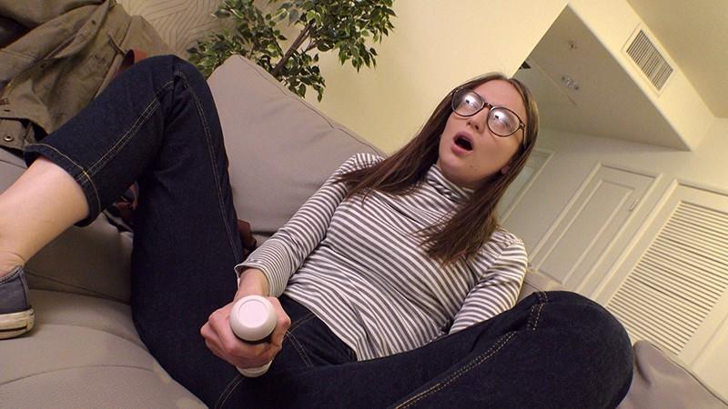 ロスでナンパした地味系メガネっ子フリーターが実家が貧乏、一肌脱ぐと決死の覚悟で緊張しまくりAVデビュー イジー(22歳)