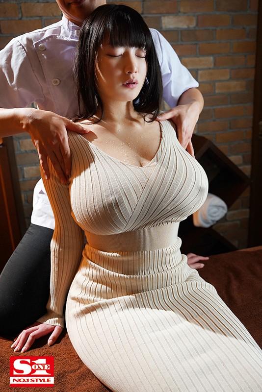 '胸や股間にぴったり密着'浮き出たボディラインと潤んだ瞳で誘惑してくるニットワンピお姉さま 鷲尾めい
