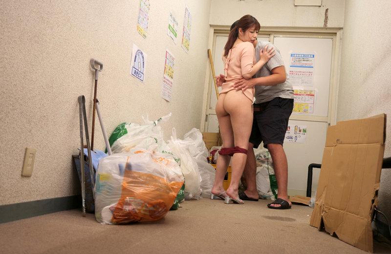 奥さん誘ってる!?タイトワンピの透け尻が挑発していると勘違いして即ハメ!怒られると思ったら自宅に誘ってきたセックスレス妻つかささん(33歳)ヒップ94センチ