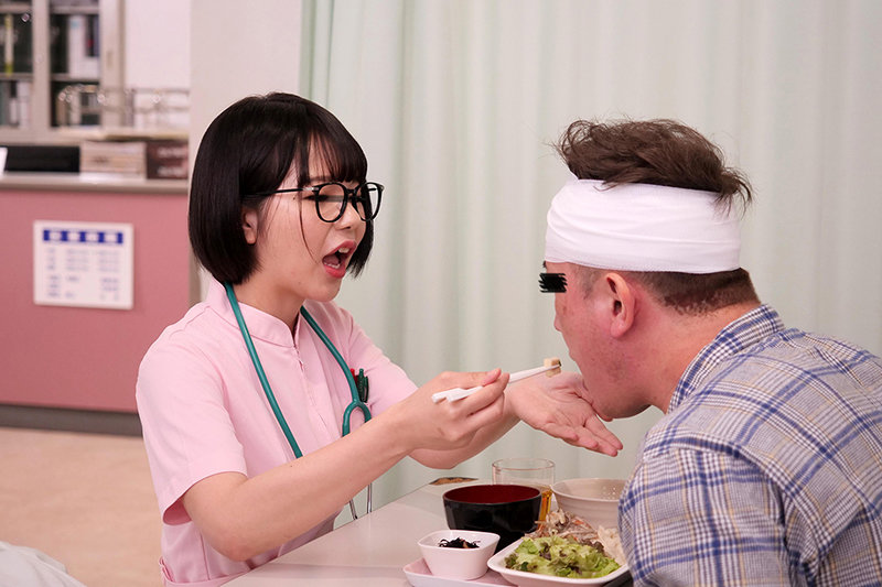 「看護師さんに惚れられ過ぎて彼女がそばにいるのにコソコソ誘惑(胸チラ/尻見せ/超密着)されてヤられた」VOL.2