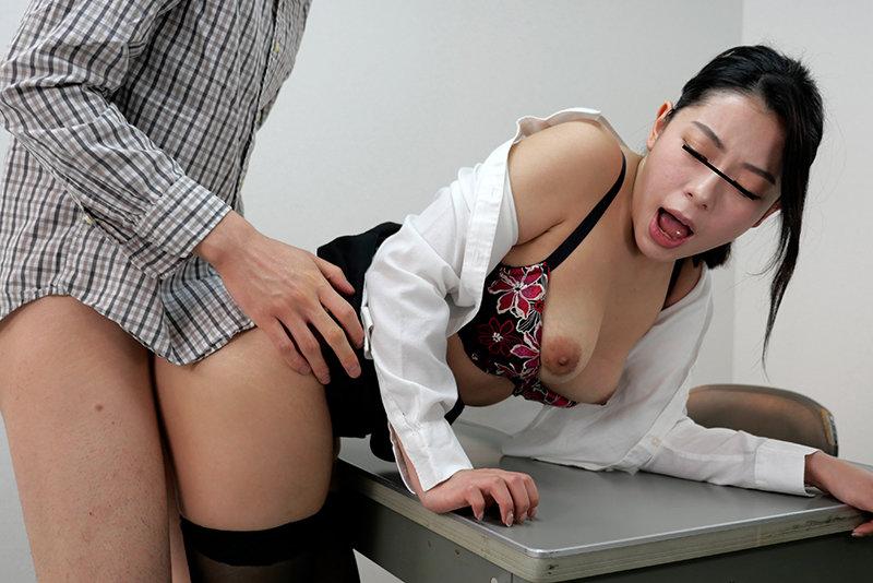 セクシー巨乳警備員に痴●が見つかり…腰が砕けるほどエロい身体でお仕置きされました!!胸の空いた揺れる巨乳のセクシーな身体にソソられ勃起していると「反省してないなら、お仕置きよ!」とチ○ポを鷲掴みにされ、Mっ気のある僕のアソコは反省するどころかより一層…